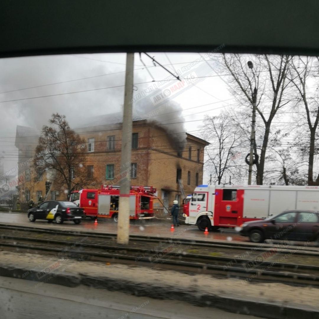 В Курске на ул. Литовской загорелась трёхэтажка