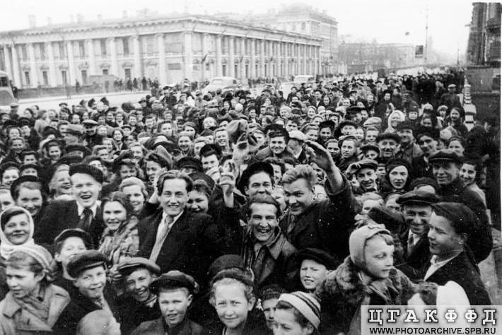 Фотография на Невском проспекте в День Победы. 1945 год