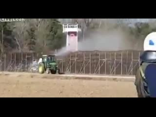 греческие фермеры против мигрантов опрыскивают забор свиной мочой