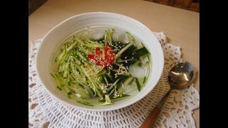 """Корейская кухня: Холодный суп из огурцов и водорослей """"миёк"""" или ои миёк нэн гук (오이미역냉국)"""