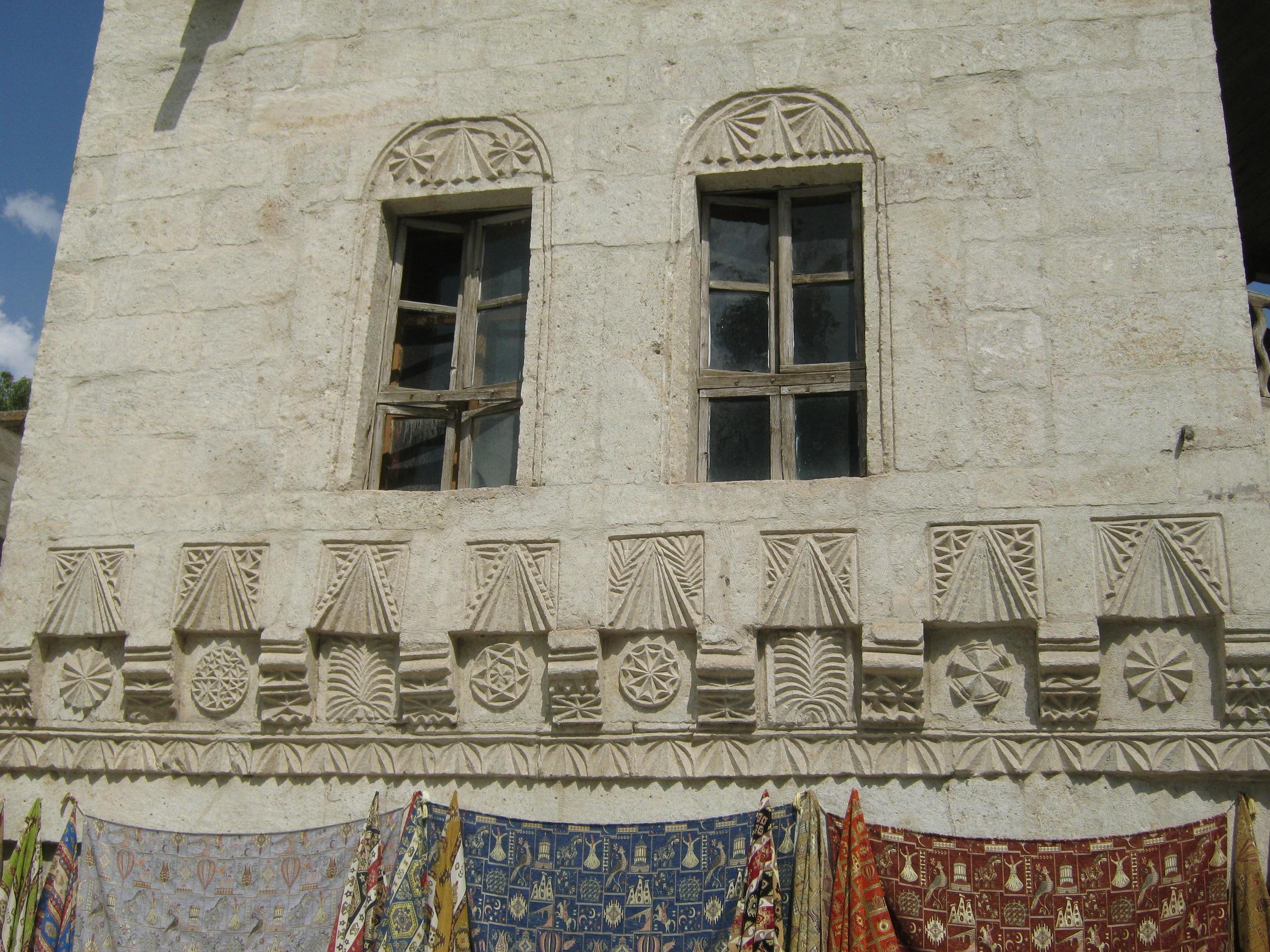 в Каппадокии много старинных домов с интересными узорами.