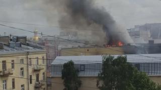 . в .-сильный пожар в Центре Санкт Петербурга...горят соседи...пожарные спасают
