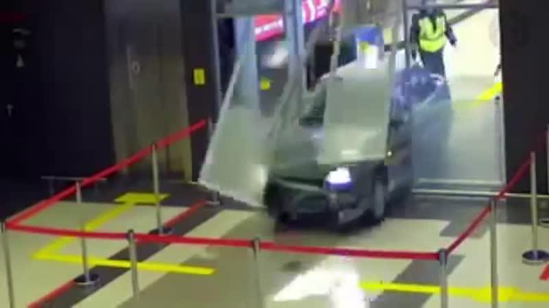 Шоу Бенни Хилла по мотивам погони в аэропорту Казани