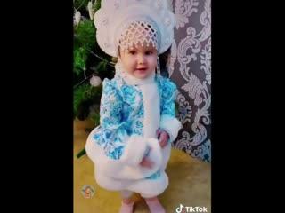 Какая красивая внученька у деда Мороза!)