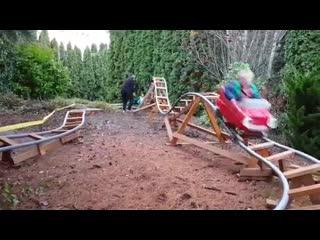 Дедушка построил аттракцион на заднем дворе, чтоб у внуков детство проходило вес
