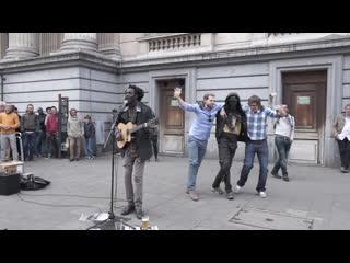 УЛИЧНЫЙ МУЗЫКАНТ СОБРАЛ ТОЛПУ, ОФИГЕННО ПОЁТ ПОД ГИТАРУ. No Woman, No Cry - Bob Marley