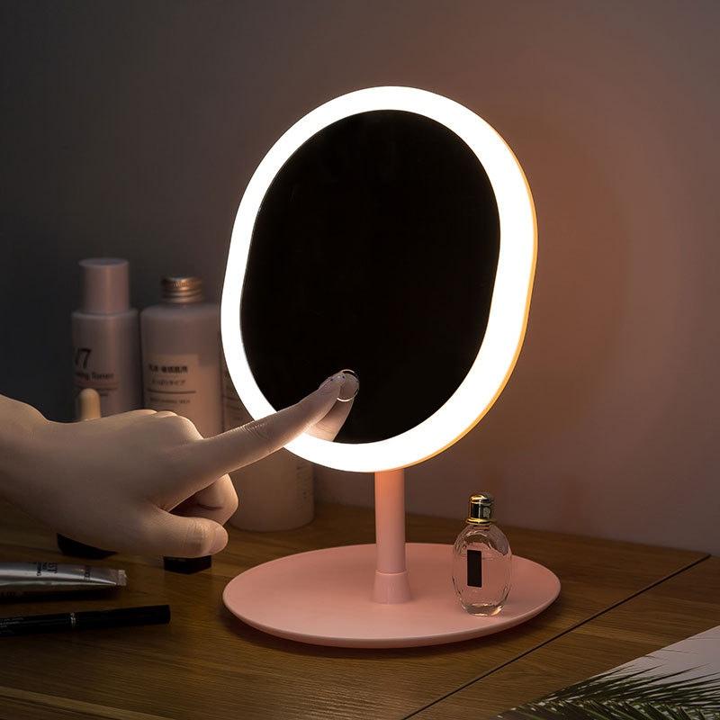 Настольное зеркало с регулируемой кольцевой подсветкой и небольшим отделением для хранения мелких вещиц и аксессуаров