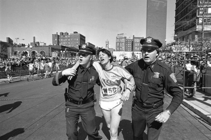 Полицейские помогают победительнице марафона Рози Руис после финиша, Бостон, 21 апреля 1980 года.