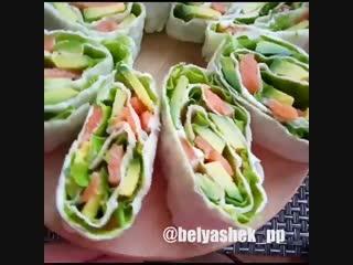 Рулет из лаваша с авокадо, листьями салата,рыбкой и сыром