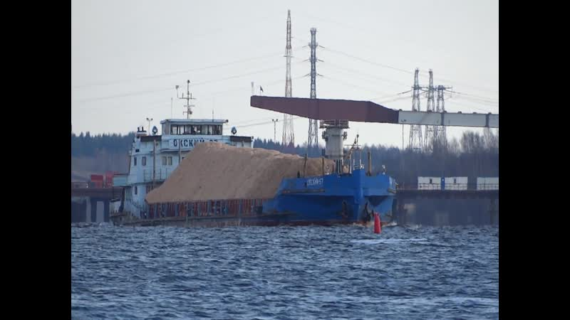 Теплоход площадка Окский 67 на фоне строящегося Архангельского моста 24 10 2020