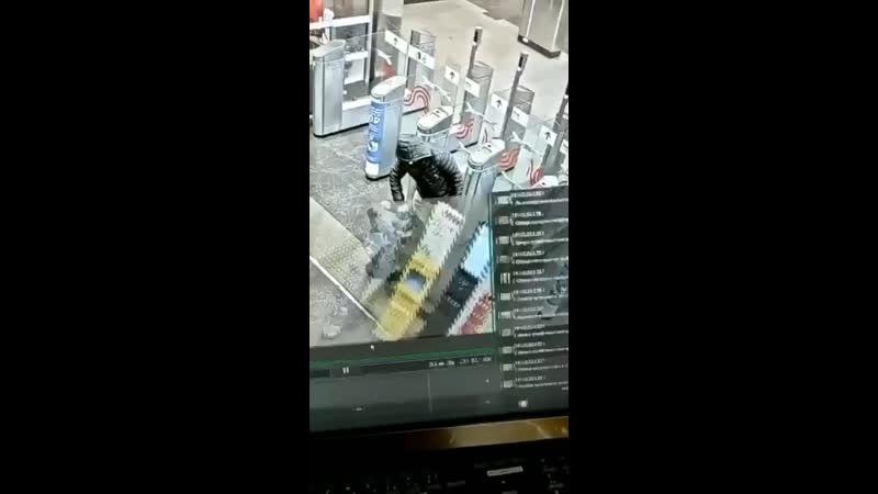 В Москве безбилетник попытался проскочить за платящим человеком и был наказан самой судьбой