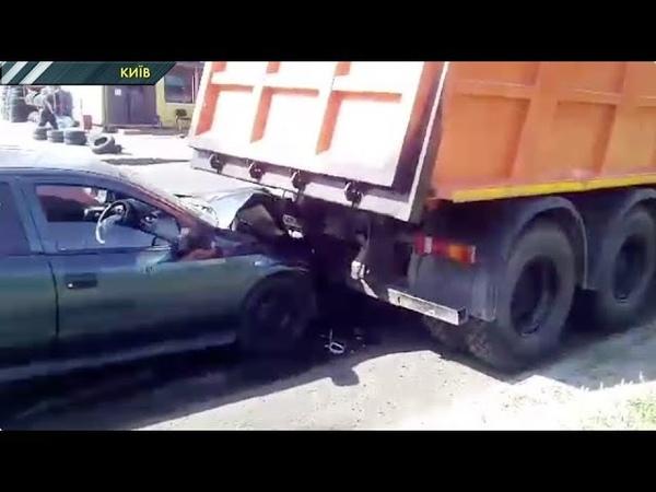 У Києві водій легковика не поділив дорогу з працівниками служби ремонту доріг