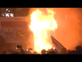 28 nov. 2020 || A Bank of France building and a newsstand are on fire in Place de la Bastille