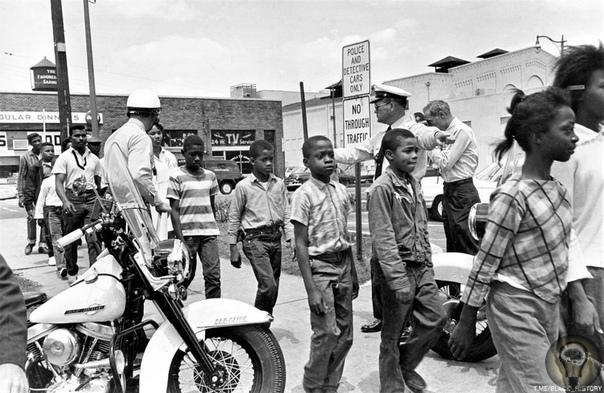 Дети, арестованные за нарушение закона о расовой сегрегации