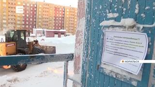 коммунальщики в Норильске откапывают из-под снега автомобили