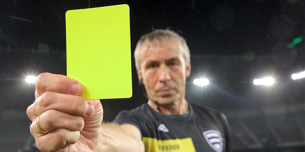 Желтая карточка в футболе. Арбитр