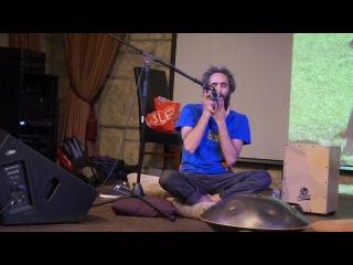 Орталл Пеллег играет на варгане в Шемроке
