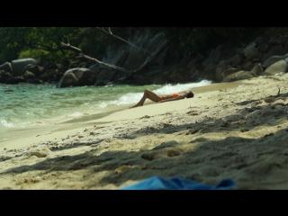 Тайланд. Девушка одновременно наслаждается ярким солнцем и морем и спит