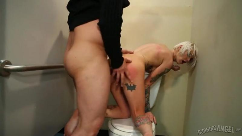 Секс в туалете с незнакомками девушки длинными
