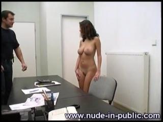 OON-CMNF-видео – единственная в офисе женщина раздевается догола