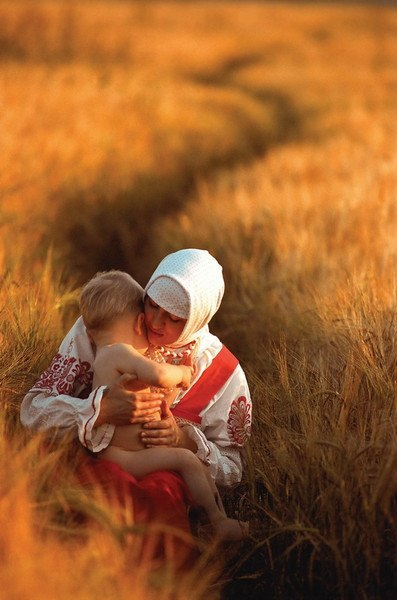 Пословицы и поговорки про МАМУ. Ко ДНЮ МАТЕРИ! Матушкин гнев, что весенний снег: и много его выпадает, да скоро растает.Птица рада весне, а младенец - матери.Нет милее дружка, чем родная