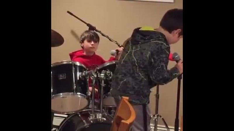 A child fall to the battery of a young drummer Excellent responsiveness