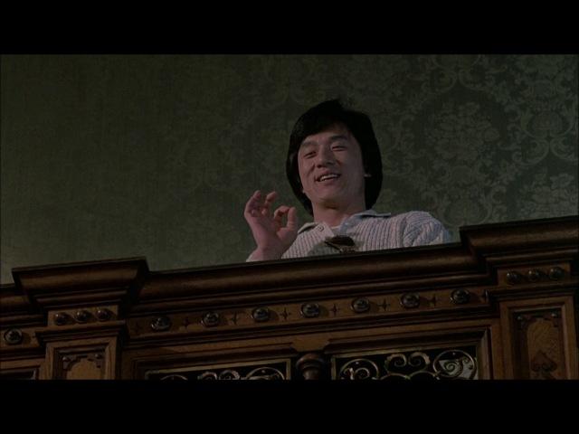 Джеки Чан торгуется на аукционе из фильма Доспехи бога