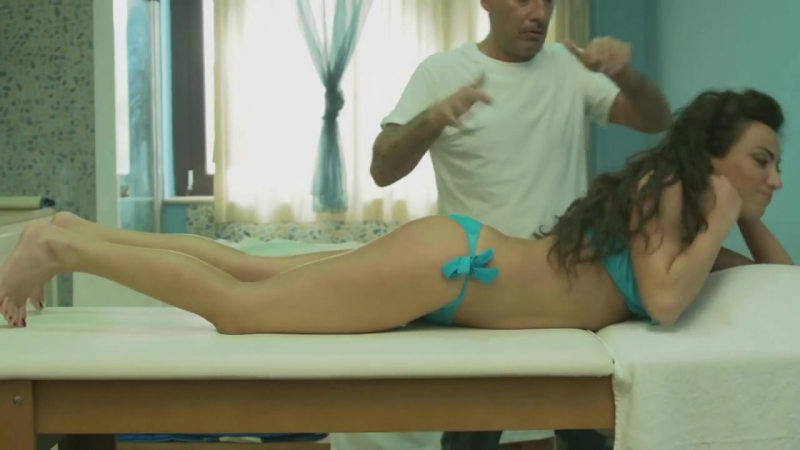 L'assolo di Ciccio Merolla sul corpo dell'attrice o bongo Ciccio Merolla