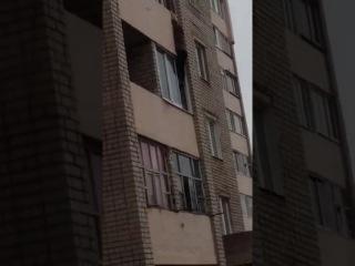 В Татарстане женщина держалась за балкон четвертого этажа