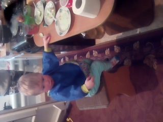 Сашенька старается притянуть к себе тортик, оставшийся после Дня Варенья