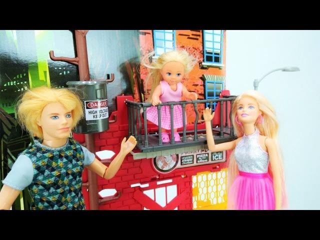 Video e giochi per bambini in italiano con le bambole Barbi Barbie e Ken salvano Evi Episodi