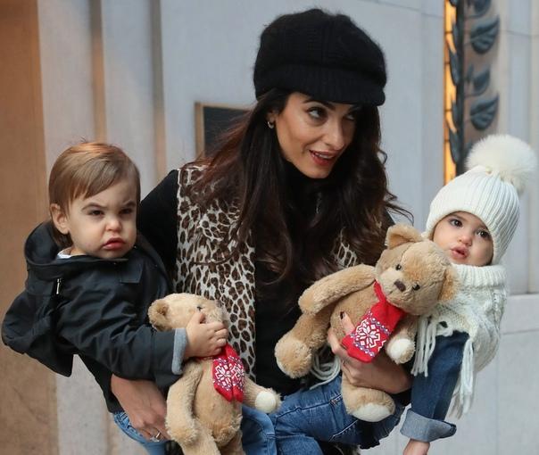 СМИ: Джордж Клуни уже полгода не видел своих детей В конце января западные СМИ не на шутку встревожили поклонников Джорджа Клуни, сообщив, что Амаль вместе с детьми переехала в поместье на