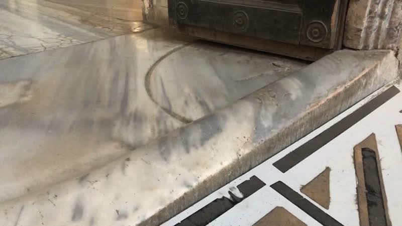 Это порог из белого мрамора одного из восьми входов в храм Просто интересно сколько сотен миллионов ног могли так его сточить