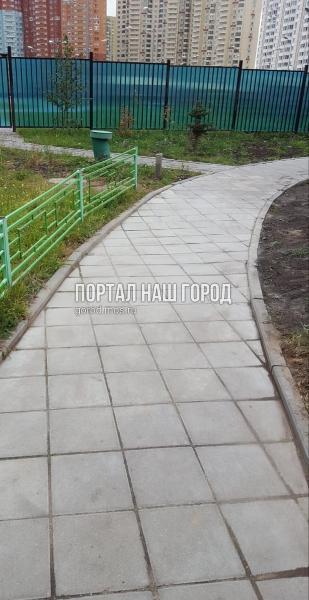 Дорожку из плитки во дворе на Недорубова привели в порядок коммунальщики