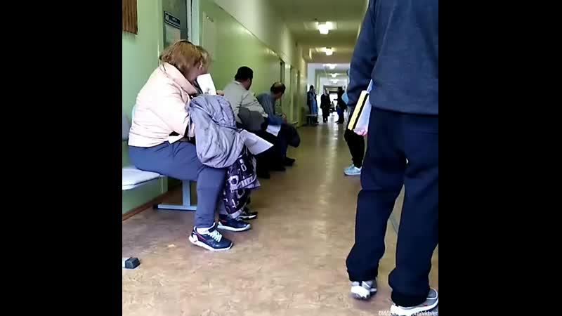 В Конаково батюшка ходил по больнице с кадилом (1080p).mp4