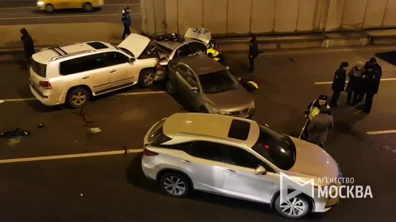 Последствия аварии с участием автомобиля ДПС около Гагаринского тоннеля