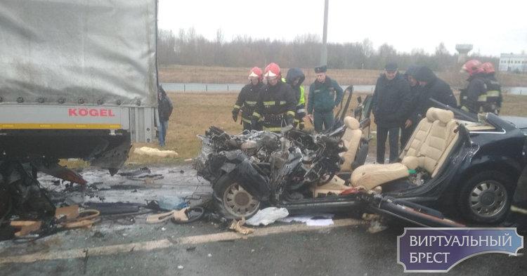 На трассе М1 у Козлович жуткая авария - AUDI под фурой