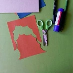 ПОДЕЛКА КО ДНЮ МАТЕРИ. ОТКРЫТКА - ПОРТРЕТ ДЛЯ МАМЫ Для работы понадобятся: - цветная бумага, - клей, - карандаш, - ножницы. Ход работы: 1. Взять бумагу телесного цвета или жёлтую. 2. Согнуть