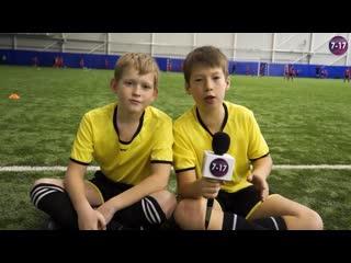 Два школьника делают шоу на футбольном турнире / 7-17