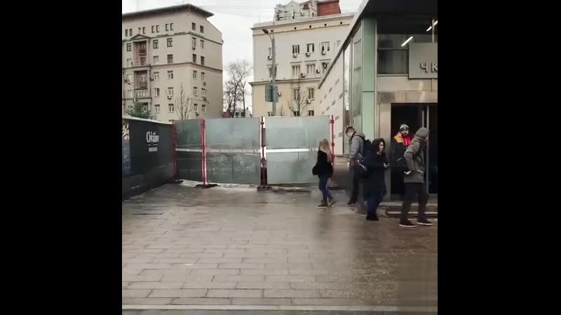 Из-за закрытого прохода в Москве произошел сбой матрицы.