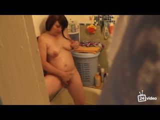 Подглядывает за мамой в ванне как она дрочит