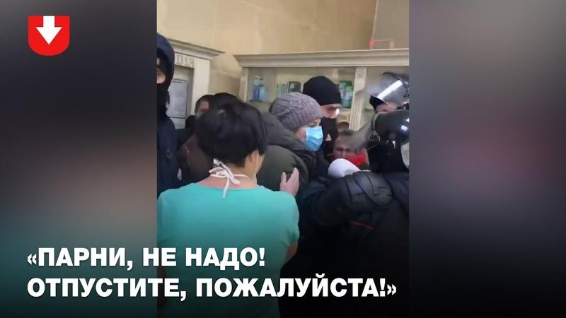 В Барановичах люди спрятались в аптеке силовики пытаются их задержать