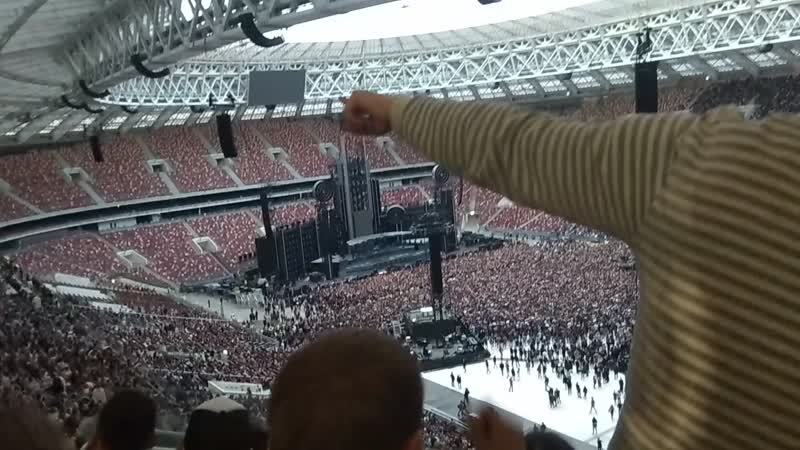 с нас начался движ хороший тамада и конкурсы интересные расшевелили весь стадион. Rammstein 29.07.19 лужники