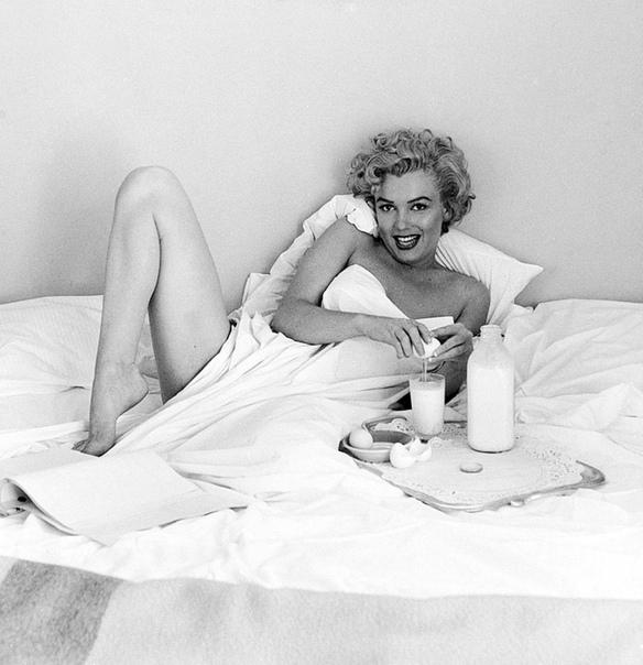 Диета у Мэрилин была довольно оригинальная Для начала с утра два сырых яйца в стакан теплого молока.«Завтрак. Мне сказали, что мои предпочтения в еде абсолютно странные,» сказала Монро. «Я