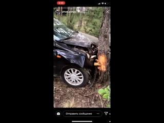 Разбитый автомобиль в лесу