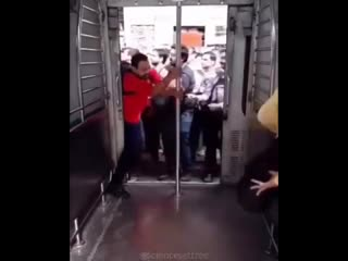 Как заходят в вагон в Индии