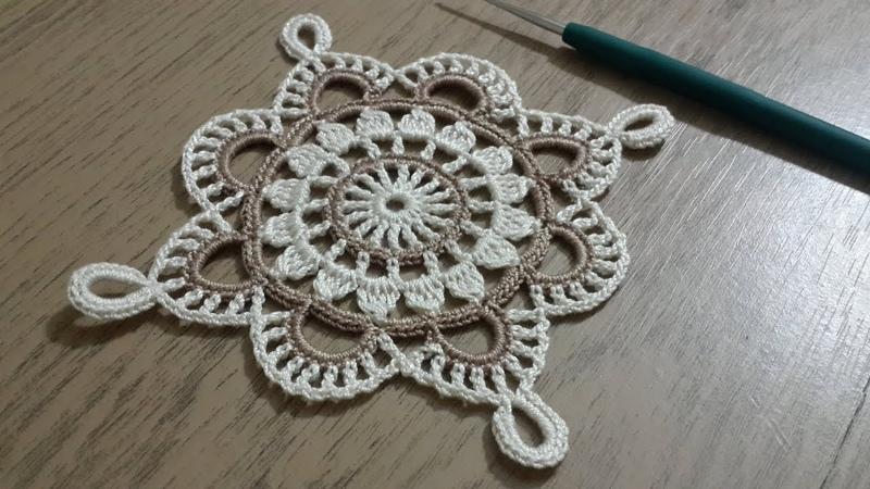 Tığişi Örgü Kare Dantel Yapımı, Renkli iplerle tek parça sehpa örtüsü Crochet doily