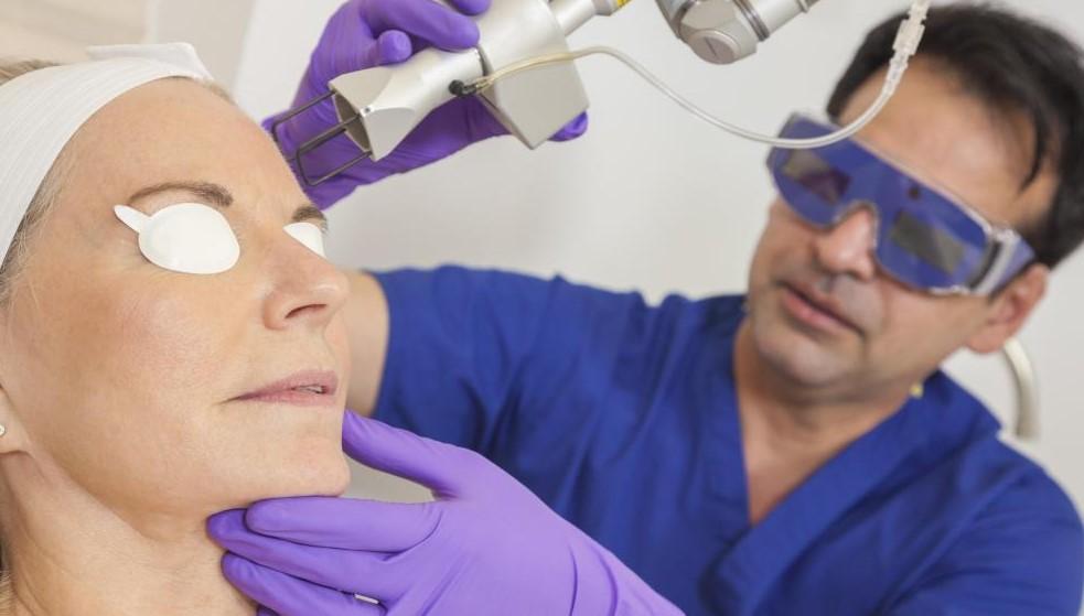 Дерматолог или эстетик может порекомендовать лечение вены на основе типа кожи и тона пациента.