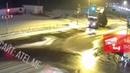 В Рыбинске грузовик с поднятым кузовом снес два светофора и чуть не покалечил человека
