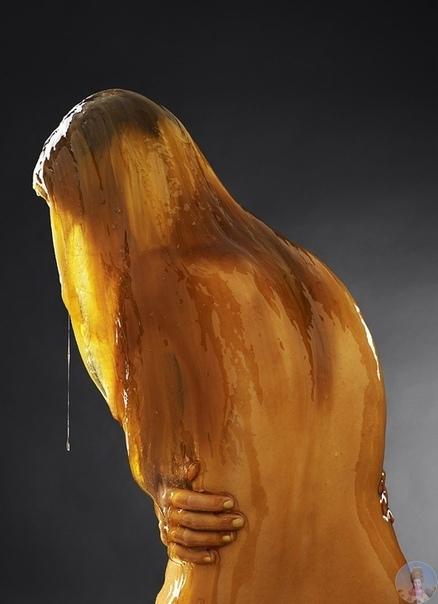Блейк Литтл снимает людей, полностью облитых медом, будто жидким золотом